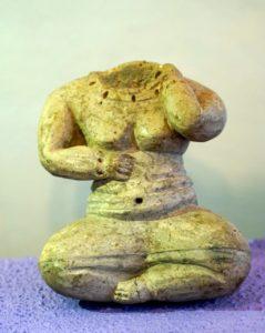 8: Figurilla femenina con vientre abultado.