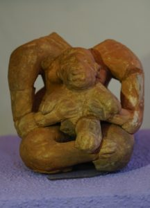 10: Figurilla femenina cargando un niño.